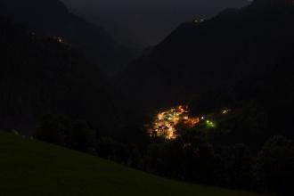 Nocni vesnice pod chatou v Salesei di Sotto