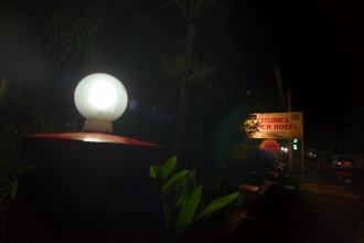 Před Ceylonica Beach Hotelem