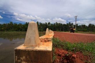 U cesty kolem rýžových polí