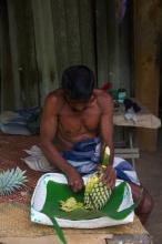 Správce - tuk-tukářův kamarád nám rozkrájel ananas
