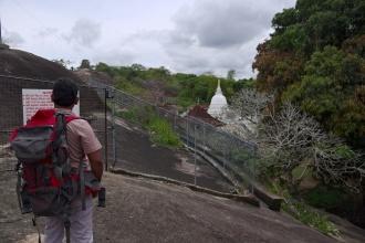 Na vrcholku skály, ve které je buddhistický chrám