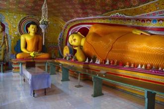 Uvnitř chrámu, opět ležící Buddha