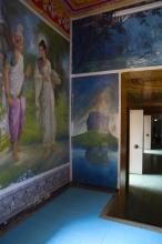 Vyobrazená skála Sigiriya. Vlevo pak zřejmě Buddhovi rodiče v Indii.