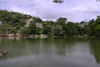 Jezero je uprostřed města