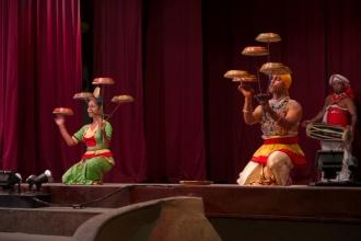 Raban dance - balancování s bubínky na hůlkách