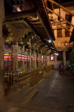 Vnitřní nádvoří chrámu, nahoře je zlatá střecha.