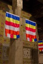 Buddhistické vlajky. Vysvětlení barev je vlevo dole v popisu.