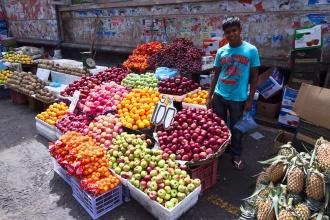 Prodavač ovoce u autobusového nádraží