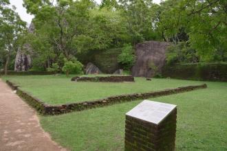 Zbytky teras vestavěné do přírodních skal