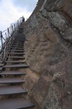 Kdysi zde lezli domorodci jen pomocí žlabů, které vyhloubily proudy vody.