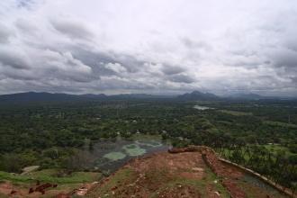 Pohled na jih, kde se zvedají hory.