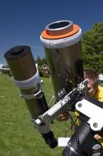 Kontrola Slunce přes skleněný chromový filtr.