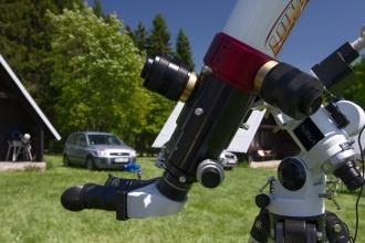 Detail dvou tlakově laděných H-alfa filtrů s bino hlavicí. Tubus 80mm.