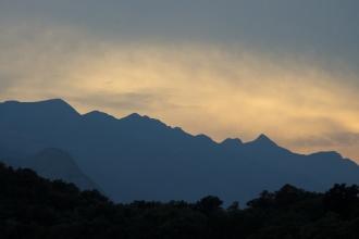 Vrcholky Alp při západu Slunce.