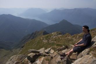 Pavel a výhled do okolí, které vypadá podobně jako fjordy.