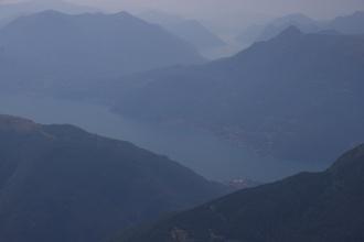 V dálce za jezerem Como je vidět část Lago di Lugano.