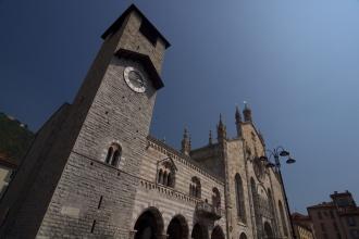 Věž v centru Como.