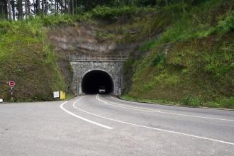 Tunel Ramboda. Nejdelší tunel od r. 2008. Je také vyobrazený na Rs 1000 bankovce.