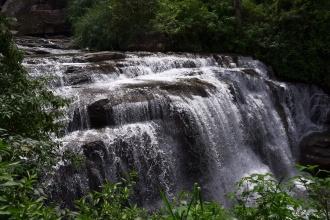 Jeden ze spodních Ramboda vodopádků.