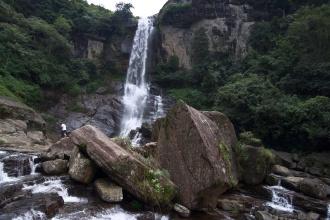 Asi 3m vysoké balvany pod vodopádem, přímo vyzývající na bouldering.