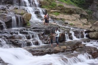 Postranní vodopády, přes které se jde k malé laguně pod hlavním vodopádem.