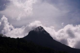 "Sri Pada (Adam's peak), dále také sinhálsky Samanalakanda - සමනළ කන්ද ""butterfly mountain""."