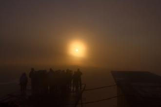 Východ Slunce ze Srí Pady v oparu.