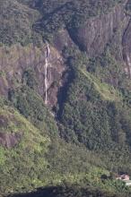 Jeden z mnoha okolních vodopádů