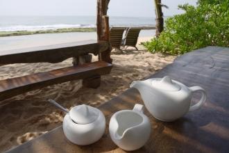 Ranní černý čaj s mlékem u Mangrove Beach Chalets.