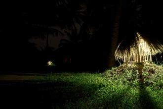 Zahrady Mangrove Chalets v noci.