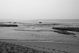 Rybáři na katamaránu v zálivu Tangalle.