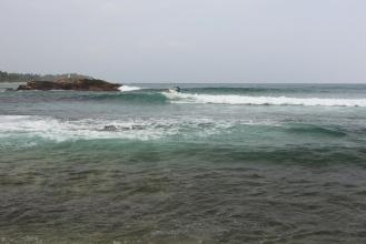 Surfování v zátoce Mirissa.
