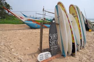 Půjčovna a prodejna surfů.