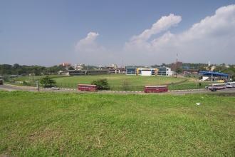 Hřiště a autobusové nádraží za zdí starého centra Galle.