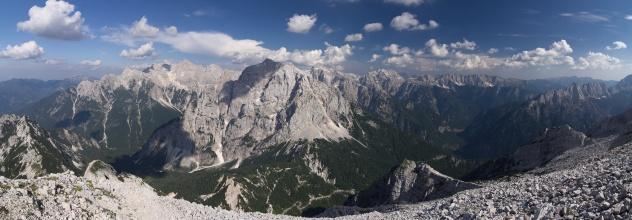 Panorama s dominantou Prisojnik.