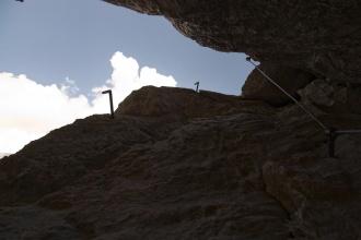 Pohled skrz stoupání ferraty v komínu.