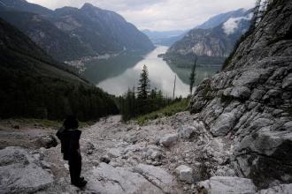 Pohled na jezero Hallstättersee z okolních kopců - výlet k neznámému začátku neznámé ferraty.