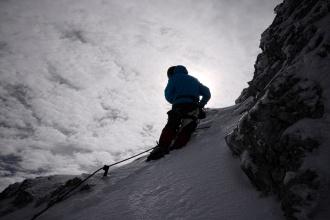Nejvyšší bod, kam jsme se dostali. Za ohybem je jištění zamrzlé v ledu. Bez vlastního lana je možné lézt po zledovatělém sněhu jen bez jištění.