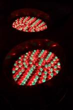 LED Reflektory v jedné z výloh při cestě naslepo.