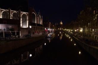 Plavební kanály centra v noci.