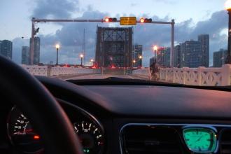Přejíždění zvedacího mostu z Miami Beach zpět do centra.