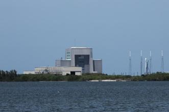 Přípravná budova US AirFoirce - komerční raketa na rampě.