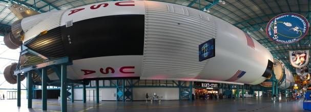 Panorama vystavené Saturn V rakety. (na klik plné rozlišení)