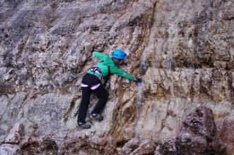Osvěžení po cestě - voda z tajících ledů na Tofaně di Rozes.