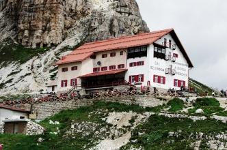Chata Locatelli - středobod výletů kolem Sextenských Dolomit.