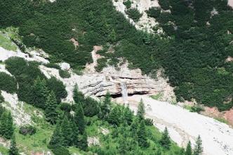 Vodopád v údolí Fanes, jak je vidět z ferraty G. Lipella.