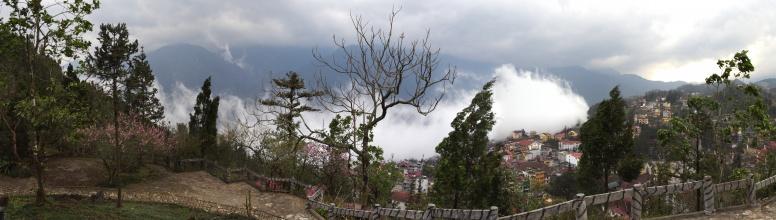 Panorama Sapa, v pozadí v mracích Fansipan.