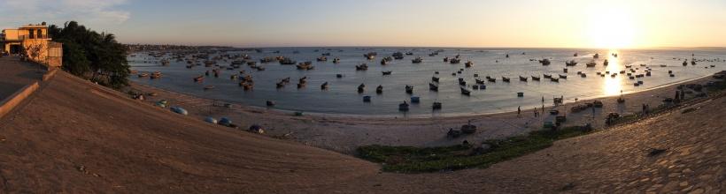 Panorama rybářské zátoky u Muí Ne.