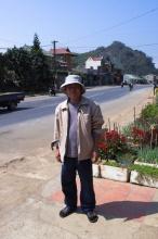 """Prodavač z krámku v Moc Chau, který se podělil o """"kůrový čaj""""."""