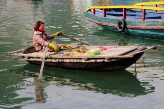 Prodej ovoce na loďce.